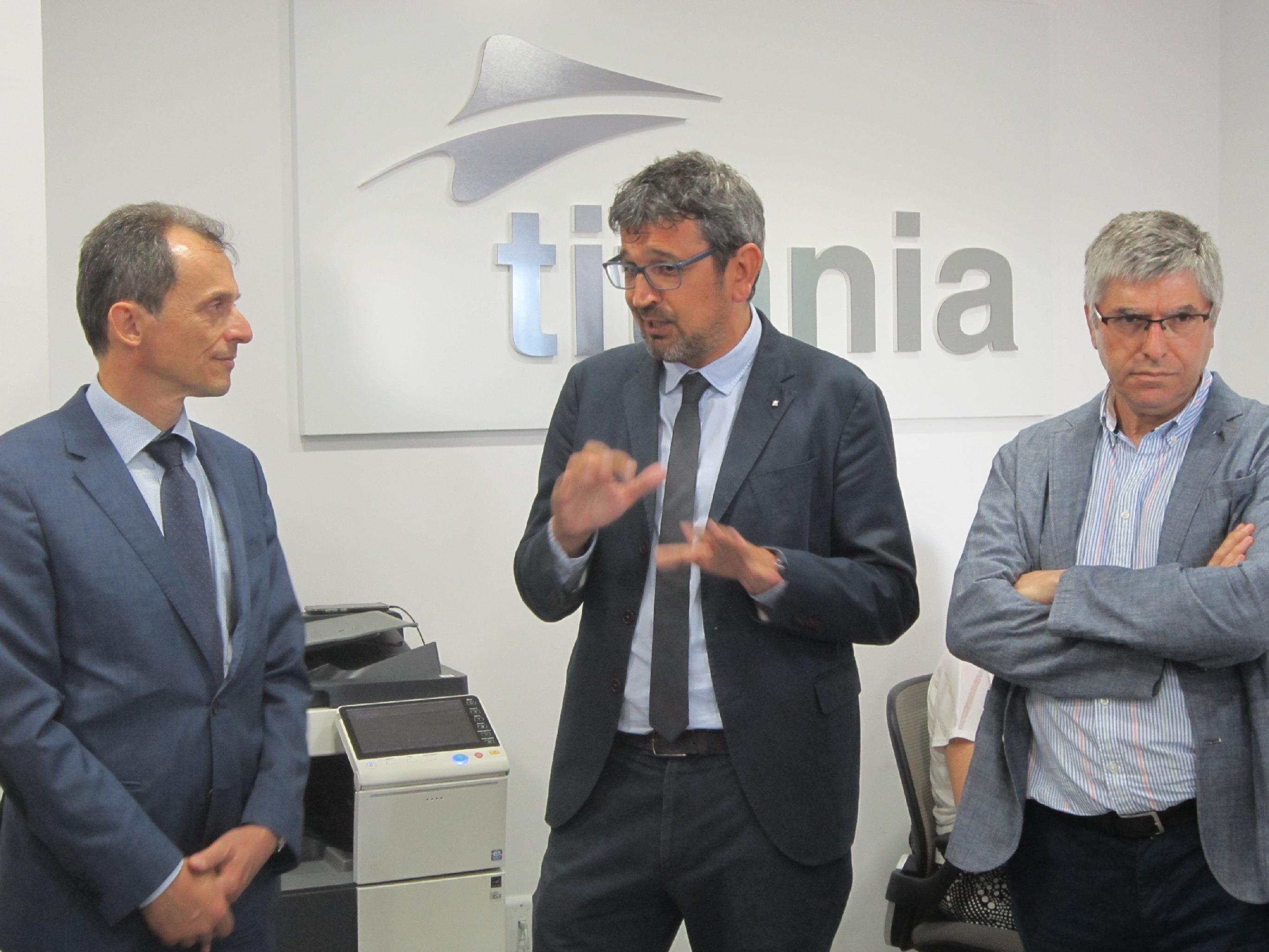 El ministro Pedro Duque visita la sede de titania
